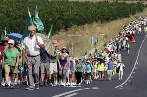 Miembros del Sindicato Andaluz de Trabajadores (SAT), durante la marcha reivindicativa que han hecho desde Hornachuelos a Córdoba y en cuyo transcurso han ocupado el Palacio de Moratalla.