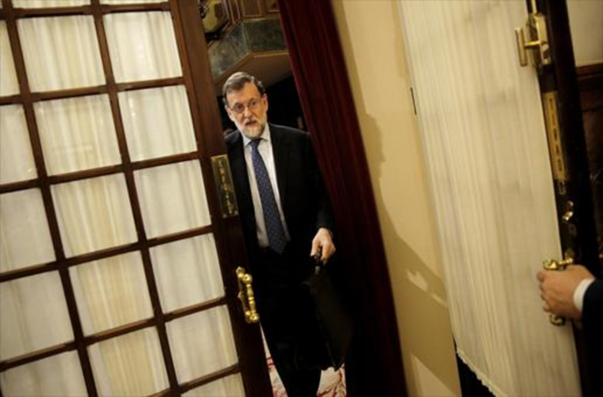 Mariano Rajoy sale del hemiciclo del Congreso.