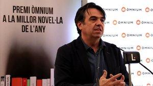 Martí Domínguez, recoge el galardón del Premi Òmnium, este lunes.