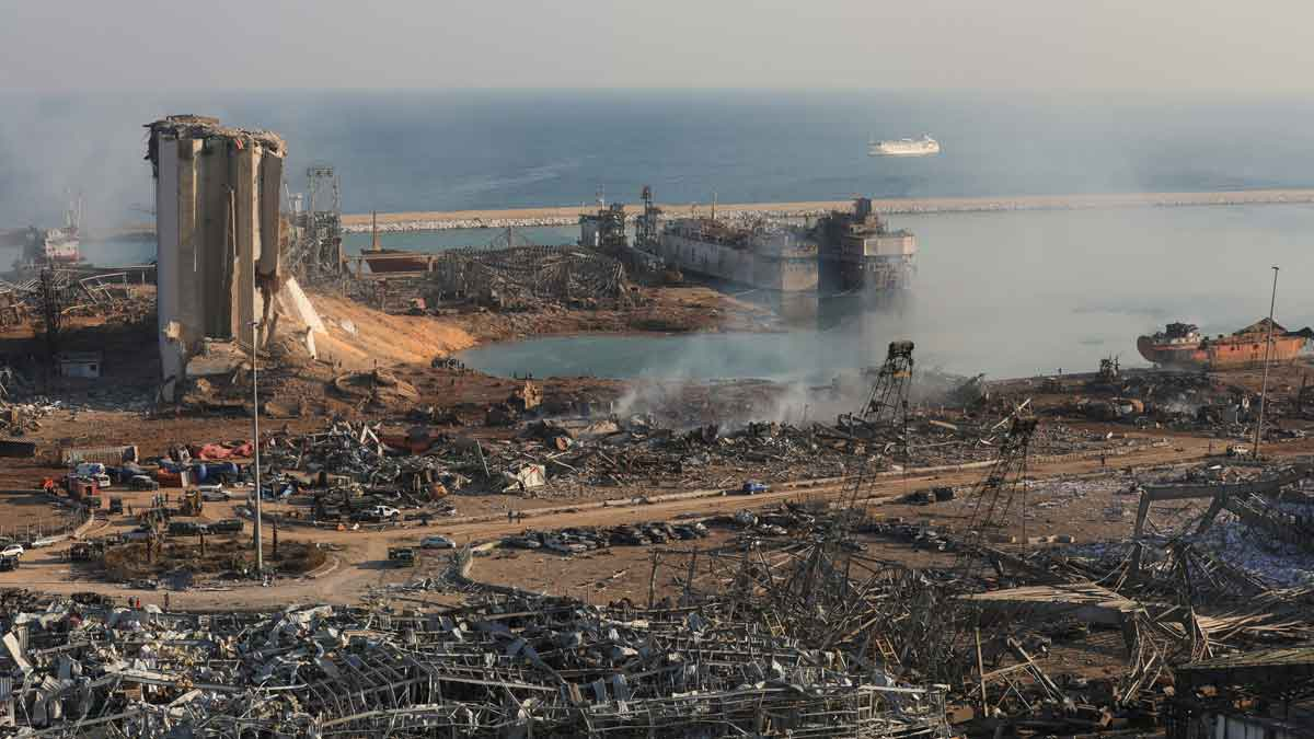 La explosión en el puerto de Beirut (Líbano) vista desde varios puntos. En la foto, la zona dañada por la deflagración.