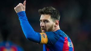 Messi agradece su ánimo a los aficionados del Barça durante el partido de Copa contra la Real Sociedad, en enero del 2017.