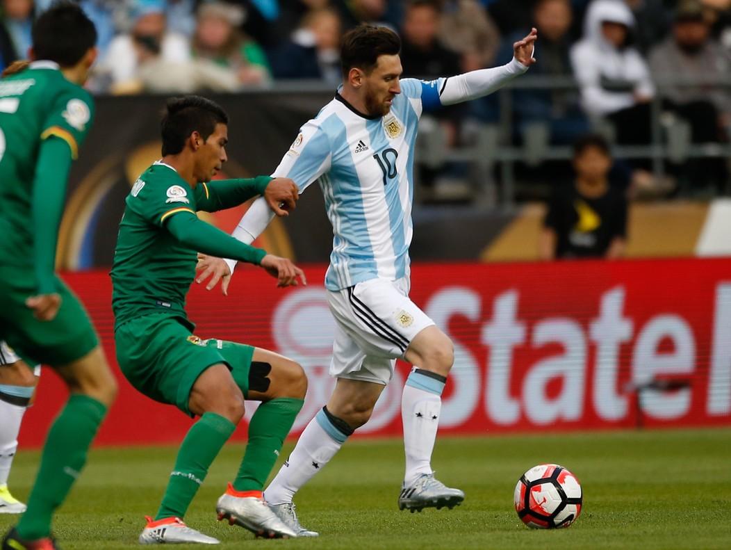 Messi regateaa Bejaranodurante el encuentro entre Argentina yBoliviade ayer