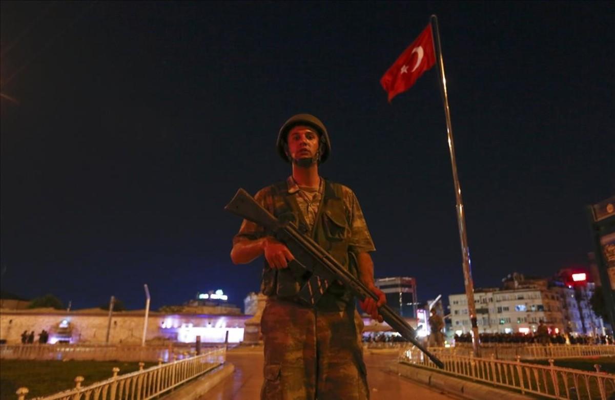 Un militar turco controla la plazaTaksim en Estambul,