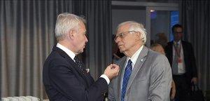 El ministro de Exteriores finlandés, Pekka Haavisto, conversa con su homólogo español, Josep Borrell, en Helsinki.