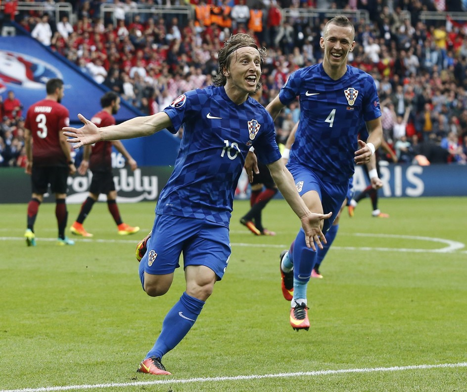 Luka Modric celebra junto a su compañeroIvan Perisic, del Inter, un gol conCroacia en la Eurocopa2016.