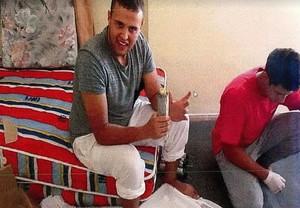 Mohamed Hychami, con una granada de mano, que fabricaba siguiendo páginas de internet.
