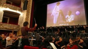 Un momento de Singing in the rain con orquesta en directo en el Tívoli.