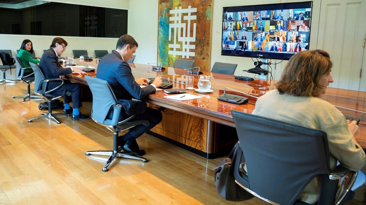 Pedro Sánchez junto a parte de su gabinete, en la reunión con presidentes autonómicos.