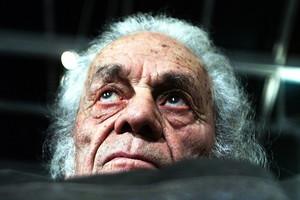 El poeta y escritorchileno Nicanor Parra posa en su casa, en Las Cruces (Chile), en agosto del 2001