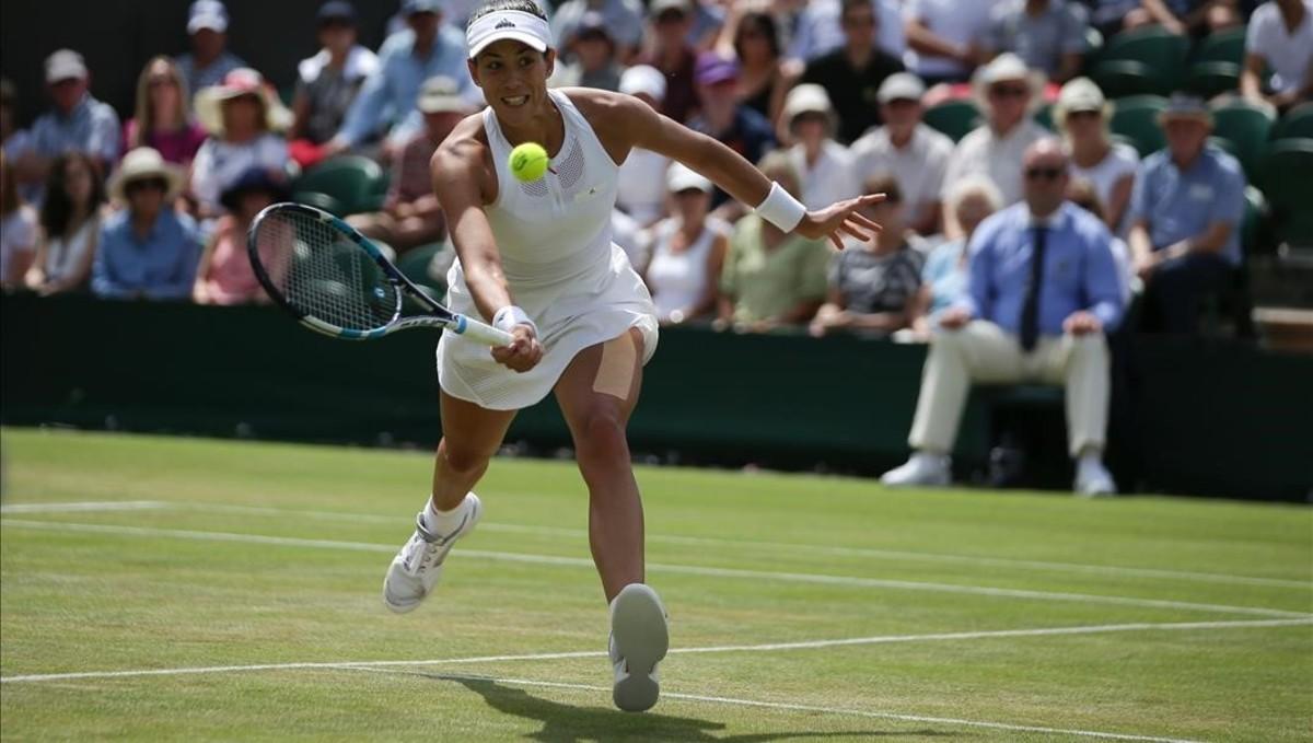 Muguruza volea durante su partido con Kerber, en Wimbledon