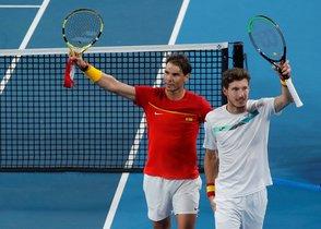 Nadal y Carreño celebran la victoria en el doble y la clasificación para las semifinales.