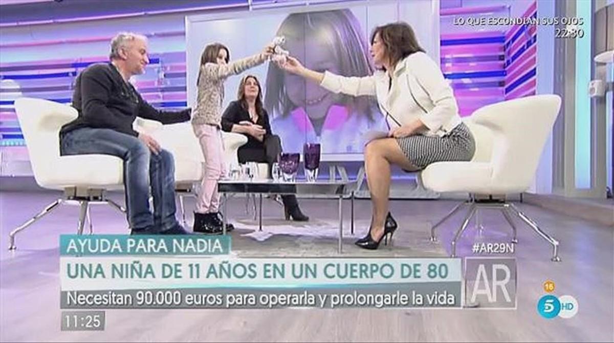 Nadia Nerea y sus padres con Ana Rosa Quintana, el pasado noviembre.