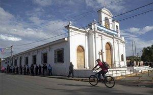 Policías de Nicaragua resguardan una iglesia católica en Nicaragua.
