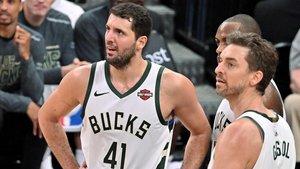 Nikola Mirotic y Pau Gasol, con los Bucks, en un partido contra los Spurs.