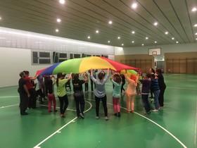 Niños con y sin discapacidad jugando en la escuela Els Llorers.