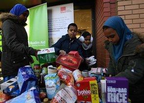 Niños en el Reino Unido recibiendo ayuda humanitaria.