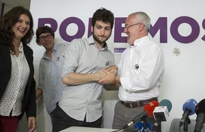 El nuevo secretario general de Podemos en la Comunitat Valenciana, Antonio Estañ, con su predecesor, Antonio Montiel, este lunes.