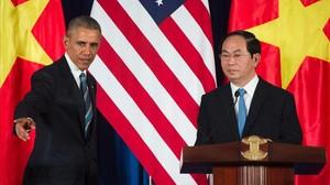 Obama (izquierda), junto a su homólogo vietnamita, Tran Dai Quang, en su conferencia de prensa conjunta en Hanói, este lunes.