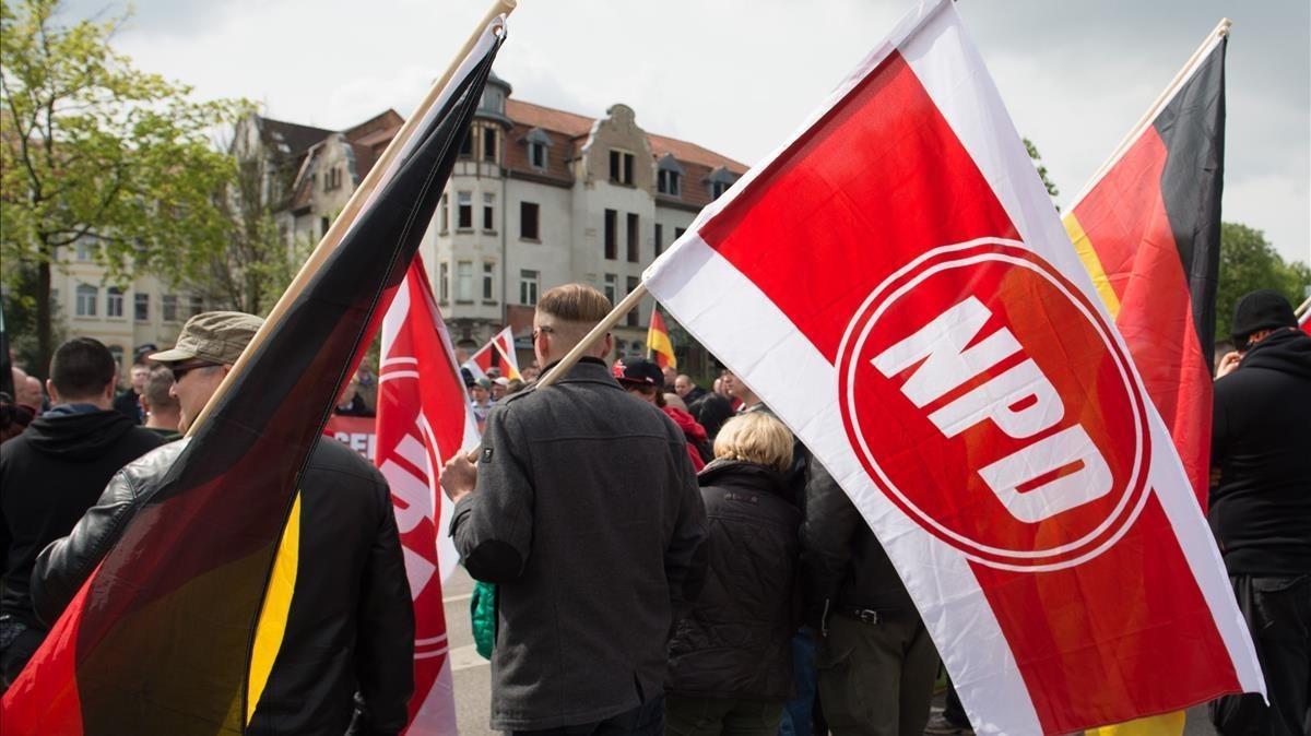 Participantes en un acto del partido neonazi NPD en Erfurt (Alemania).