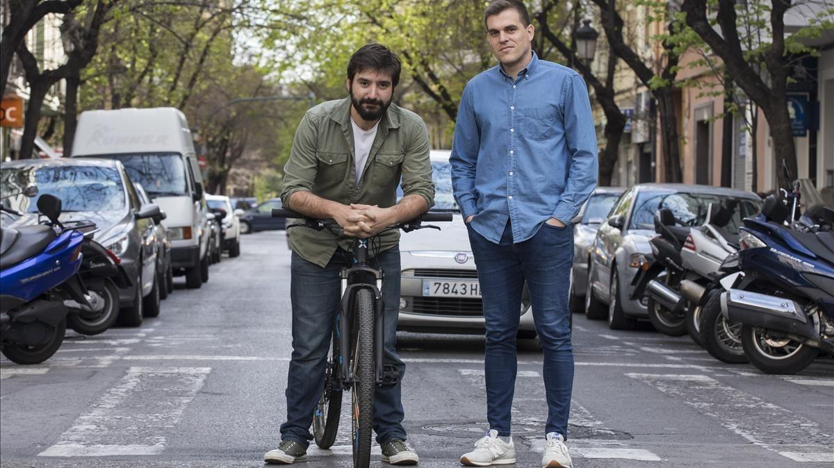 Pau Rodilla y Carlos Vera, director y actor del corto ¡Hola, buenas noches!, en una de las localizaciones