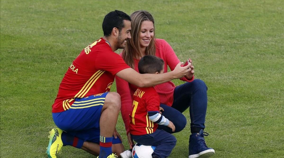 Pedro se hace un selfie con Carolina, su mujer, y Brian, su hijo, en la Isla de Ré.
