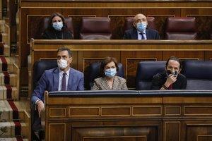 Pedro Sánchez, junto con los vicepresidentes Carmen Calvo y Pablo Iglesias, el pasado 14 de octubre en la sesión de control al Gobierno en el Congreso.