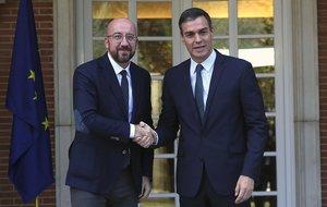 Pedro Sánchez saluda al presidente del Consejo Europeo, Charles Michel, en la Moncloa.