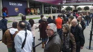 Permanente desfile de aficionados en el Camp Nou para rendir homenaje a la figura de Johan Cruyff.