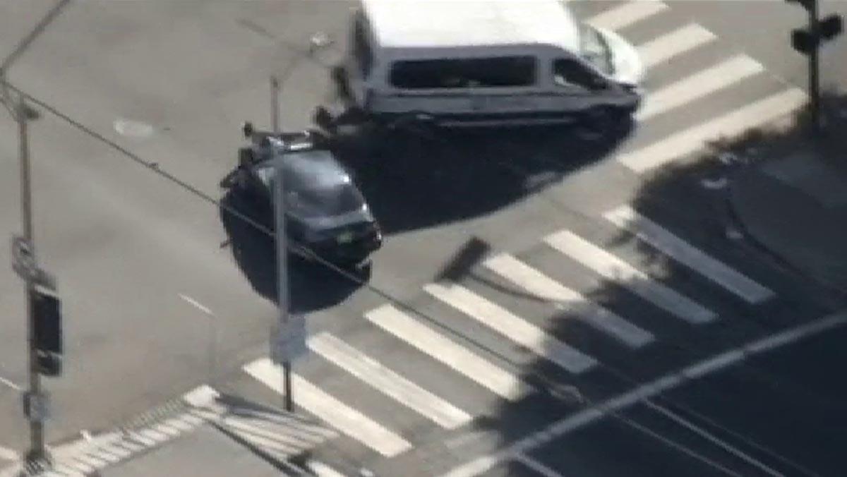Robó un coche, intentó huir y acabó chocando contra una furgoneta.