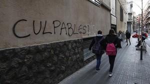 Pintada en la pared del colegio de los Maristas de Sants de Barcelona en contra la pederastia