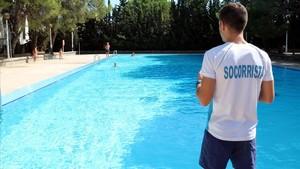 Un socorrista en la piscina municipal de Gardeny.