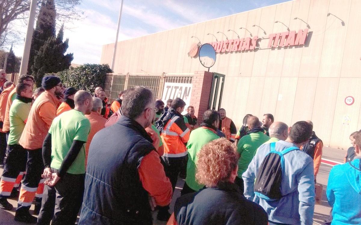 La plantilla de Titan, en un parón ante la sede de la fábrica en El Prat de Llobregat.
