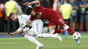 La polémica entrada de Sergio Ramos a Mohamed Salah en la final de la Champions disputada en Kiev
