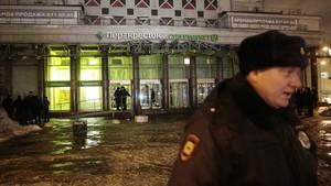 Un policía, cerca del supermercado afectado por la explosión, en San Petersburgo, el 27 de diciembre.