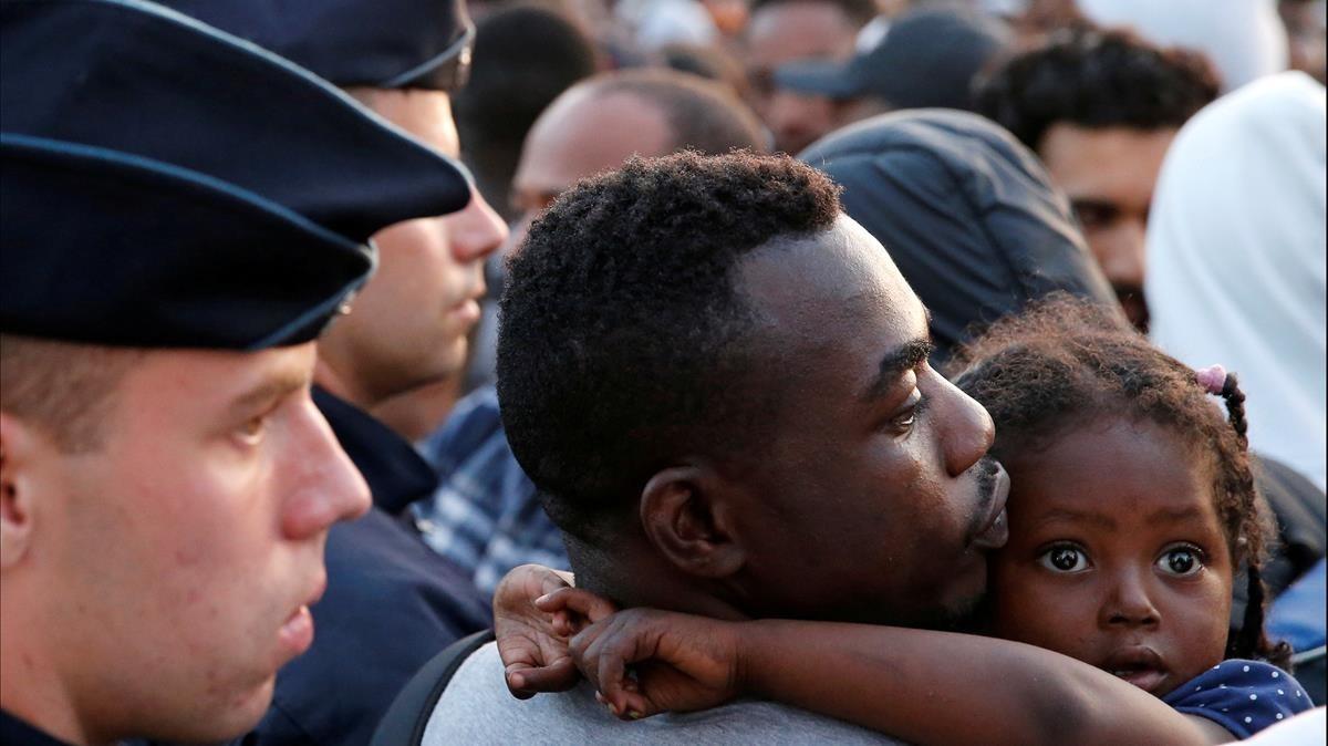 La policía francesa desaloja a unos inmigrantes de la calle en Porte de la Chapelle, en el norte de París, en julio del 2017.