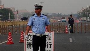 Un policía monta guardia en la plaza de Tiananmén, este martes.