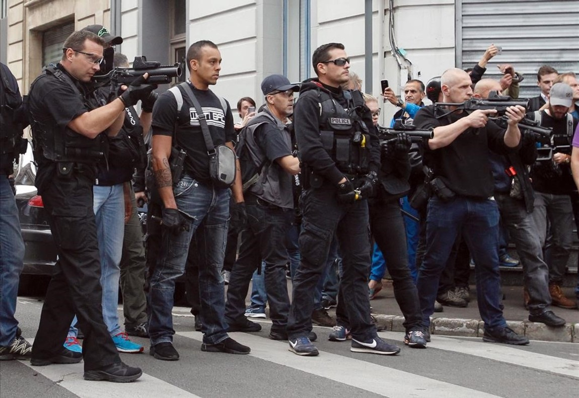 Policíasfranceses apuntan sus armas de Flash Ball para dispersar a los aficionados ingleses en el centro de Lille.
