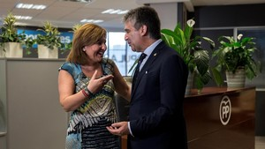 El portavoz del PP en el Senado, Ignacio Cosidó, y la presidenta del PP valenciano, Isabel Boning, este viernes, 10 de agosto, en València.