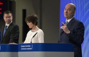 El vicepresidente del Ejecutivo comunitario para el Euro, Valdis Dombrovskis (i), la comisaria europea de Empleo, Marianne Thyssen (c), y el comisario europeo de Asuntos Económicos de la Unión Europea (UE), Pierre Moscovici (d), durante la rueda de prensa para presentar el Semestre Europeo en Bruselas.