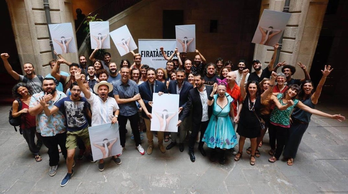 Algunos de los artistas y responsables institucionales dela actual edición de FiraTàrrega con los carteles del certámen.