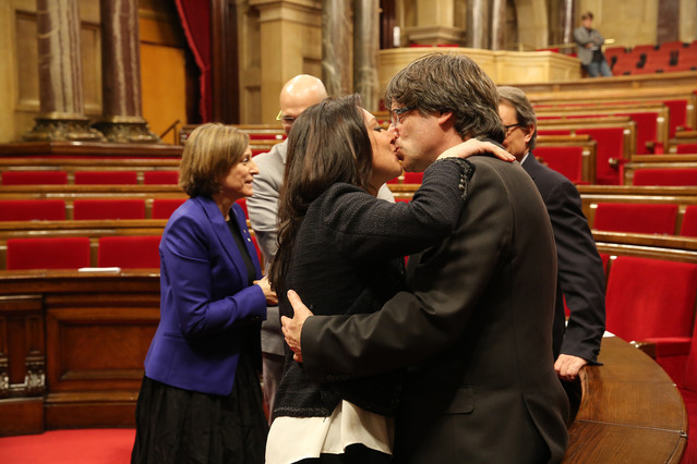 El president, Carles Puigdemont, besa a su esposa, Marcela Topor, tras el pleno de investidura.