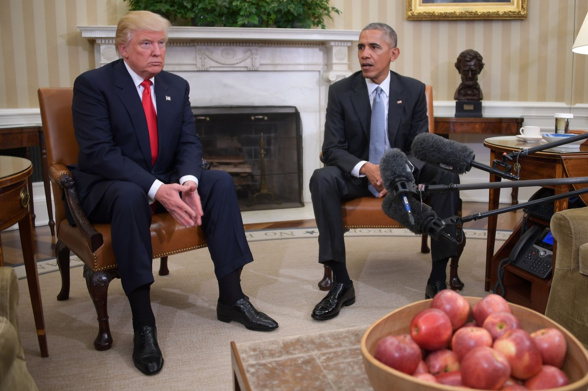 US President Barack Obama meets with President-elect Donald Trump to update him on transition planning in the Oval Office at the White House on November 10, 2016 in Washington,DC. / AFP PHOTO / JIM WATSON
