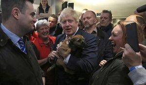 El primer ministro británico, Boris Johnson, sostiene un perro durante un encunetro con el recién elegido diputado del Partido Conservador en Sedgefield, Paul Howell, en el noreste de Inglaterra.