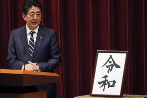 El primer ministro japonés, Shinzo Abe, muestra el nombre de la nueva era del emperador Naruhito.