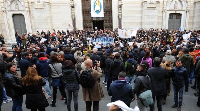 Protesta ciudadana ante la catedral de Nápoles, el 5 de marzo.