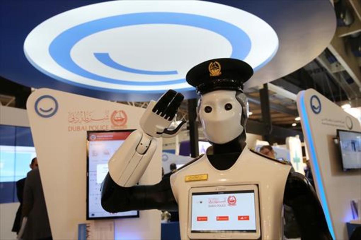 Prototipo de robot policía en el estand de Dubái de la feria Smart City Expo World.
