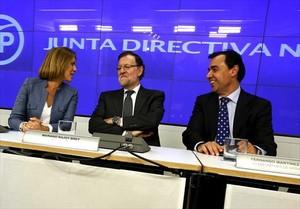 Rajoy, junto a la número dos del PP, María Dolores de Cospedal, en la junta directiva del partido, ayer.