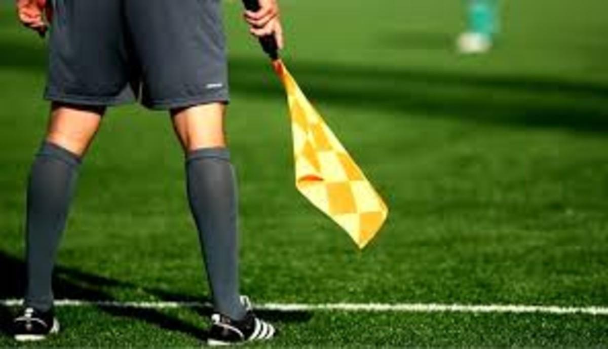 Un árbitro auxiliar, durante un partido.