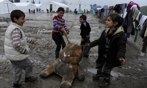 Unos niños juegan en un campo para refugiados en Grecia.