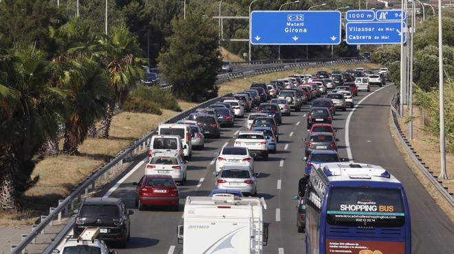 Retenciones de tráfico en la C-32 a la altura de Vilassar de Mar.